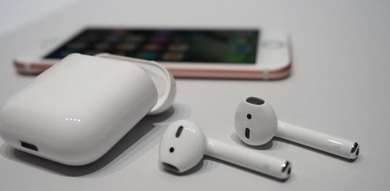 看起来可笑的 AirPods,其实是苹果眼中的「无线化」未来
