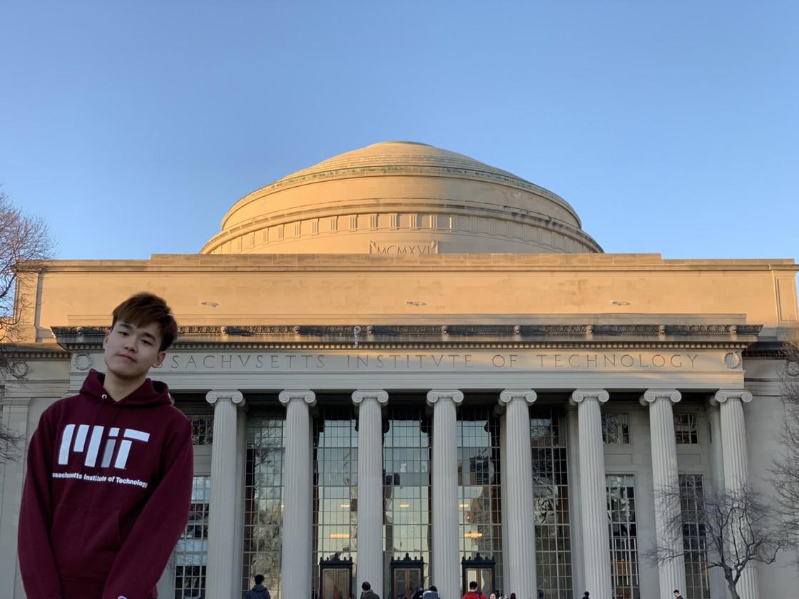 我与 MIT 大圆顶的游客照合影