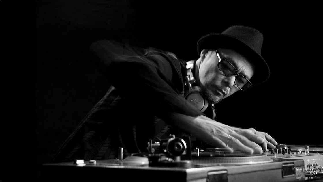 DJ Krush 在打碟。图源:Bandwagon.asia