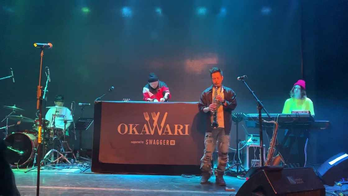 舞台后的 DJ Okawari。图源:YouTube