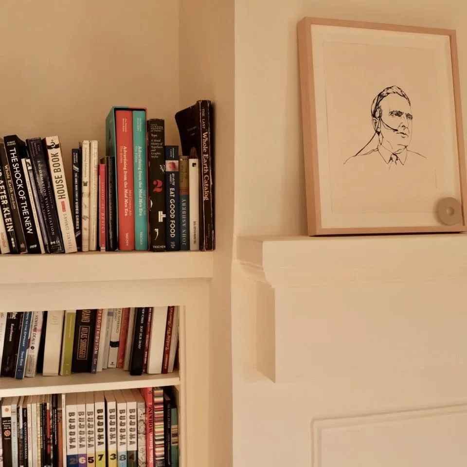 在 Notion 的办公室,我们会看到书架旁摆着设计师们为 Doug 画的素描